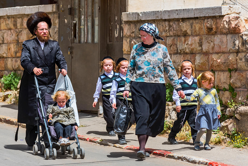 R6FMEN A Traditional Orthodox Judaic Family With The Child On The Mea Shearin Street In Jerusalem, Israel