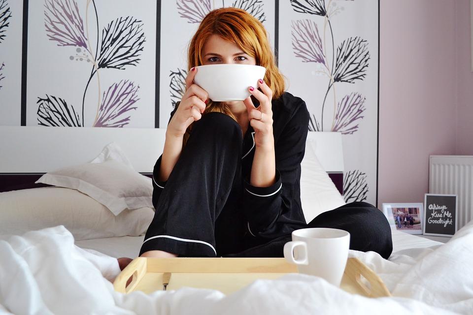 girl-in-bed-2004771_960_720