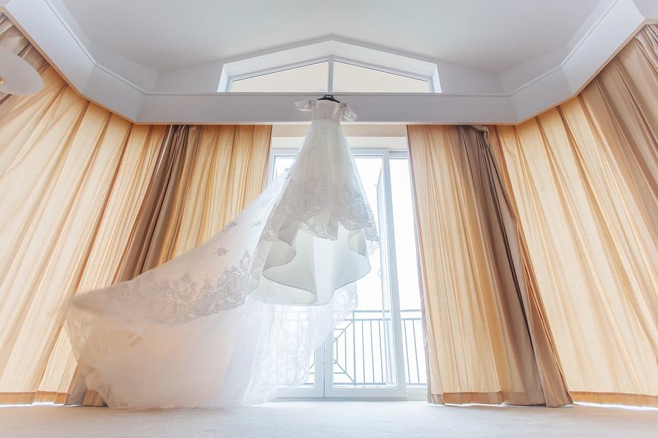 wedding-dresses-1813568_960_720